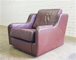 Sale 9121 - Lot 1043 - Leather English-made armchair on castors (h:80 w:95 d:95cm)