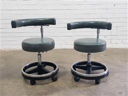 Sale 9112 - Lot 1085 - Pair of gas lift beauticians chairs on castors (h70 x d50cm)