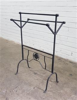 Sale 9112 - Lot 1034 - Metal towel rail (h:88 w:62cm)