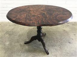 Sale 9121 - Lot 1027 - Walnut loo table on pedestal base (h:70 w:91 d:66cm)