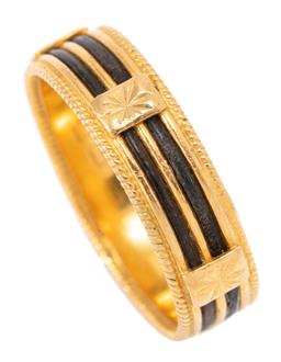 Sale 9169 - Lot 360 - AN ANTIQUE 22CT GOLD ELEPHANT HAIR RING; 6mm wide band with wire twist edges with central elephant hair strands (1 piece missing) at...