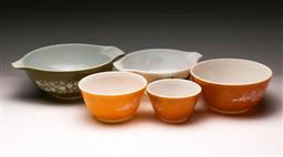 Sale 9114 - Lot 95 - Graduated set of Pyrex retro mixing bowls (5) (Dia: 33cm to 15cm)