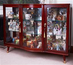 Sale 9103M - Lot 441 - A deco style bow front three shelf mirror back vitrine or display case, Height 90cm x Width 117cm x Depth 39cm