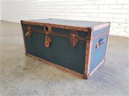 Sale 9137 - Lot 1067 - Vintage lift top trunk (h:39 x d:120 d:40cm)