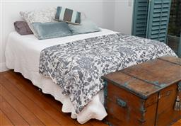 Sale 9191H - Lot 63 - Sealy Posturepedic Queensize ensemble including bedding