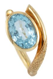 Sale 8991 - Lot 329 - AN 18CT GOLD MODERNIST DESIGN AQUAMARINE RING; collet set with an oval cut aquamarine of approx. 3.9ct to free form asymmetrical byp...