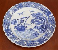 Sale 9080H - Lot 22 - A Chinese blue and white charger depicting sailors sighting a turtle D-42cm