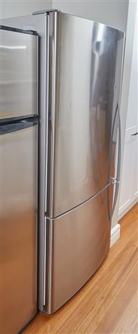 Sale 9080H - Lot 69 - A Fisher & Paykel smart active fridge, model no E522BLX, vol 519L storage vol 415L, Height 159cm x Width 80cm x Depth 69cm