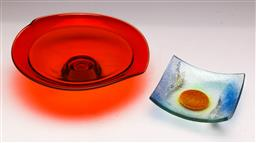 Sale 9131 - Lot 18 - An art glass centre dish (Dia 25cm) together with a layered glass plate (14cm x 14cm)