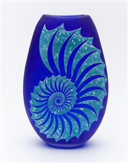 Sale 9120K - Lot 55 - Nautilus hand blown and engraved flat vase by Sean ODonoghue, Noosa Master Glassblower, trained at Waterford Crystal, H 20.5 cm
