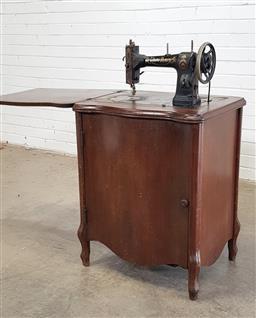 Sale 9146 - Lot 1061 - Vintage Singer sewing machine in cabinet (h:78 x w:60 x d:40cm)