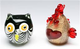Sale 9156 - Lot 9 - Art glass chicken together with an owl (H:15cm and 11cm)