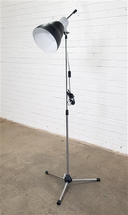 Sale 9146 - Lot 1075 - Industrial style telescopic floor lamp (h170cm)