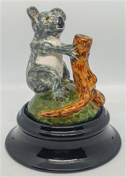 Sale 9093A - Lot 5077 - David Lyons - Harcourt Pottery - Koala h. 9.5 cm; 3.5cm (stand)