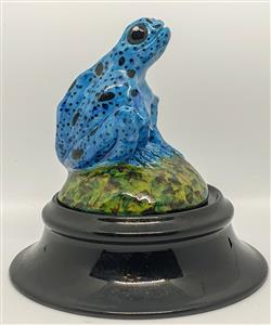 Sale 9093A - Lot 5078 - David Lyons - Harcourt Pottery - Blue Form Dyeing Poison Dart Frog h. 10.5 cm; 4 cm (stand)