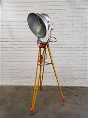 Sale 9080 - Lot 1029 - Industrial light on tripod (h:195cm)