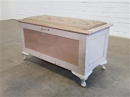 Sale 9154 - Lot 1037 - Blanket box with upholstered top (h:48 x w:91 x d:44cm)