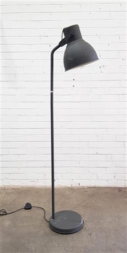 Sale 9108 - Lot 1082 - Industrial style floor lamp (h:180cm)