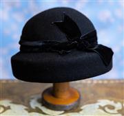 Sale 8577 - Lot 25 - A 1940s style cloche hat with velvet bow detail (possibly vintage)- Condition: Excellent - Measurements: 20cm diameter