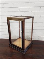 Sale 9080 - Lot 1095 - Glass display case (h:51 x w:30 x d:30cm)