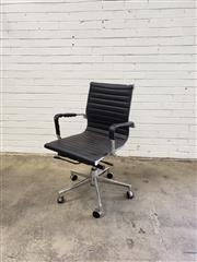 Sale 9059 - Lot 1085 - Modern Office Chair (h:90 x w:58cm)