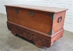 Sale 9137 - Lot 1003 - Elm trunk on wheels (h:86 x w:159 x d:59cm)