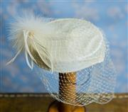 Sale 8577 - Lot 83 - A 1950s vintage white fascinator with veil and feather plume detail, size diam 19cm, Condition: Excellent