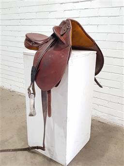 Sale 9121 - Lot 1093 - CHARLTON 3121 leather horse saddle with metal stirrups (h:47 x w:44 x d:80cm)