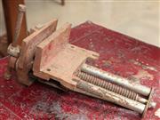 Sale 9060H - Lot 12 - A cast iron work bench vice. D 40cm