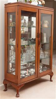 Sale 8926K - Lot 32 - A vintage two door display cabinet with mirror back and three glass shelves, H 142 x W 94 x 33cm