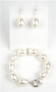 Sale 8477A - Lot 94 - A SHELL BASED SPANISH PEARL BRACELET WITH MATCHING STERLING SILVER EARRINGS: bracelet composed of 20mm pearls, bracelet length 24cm
