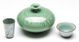 Sale 9246 - Lot 11 - A Korean celadon squat vase (H:10cm W:14cm) together with two cups