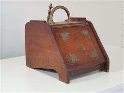 Sale 9191 - Lot 1004 - Oak coal skuttle with shovel (h:32 x w:44 x d:34cm)