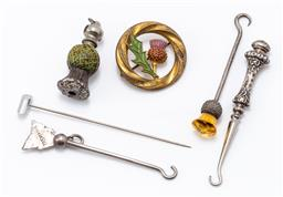 Sale 9190E - Lot 7 - A small quantity of trinkets including silver button hooks, thistle form retractable pencil etc