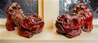 Sale 8392H - Lot 2 - A pair of decorative ceramic Fo dogs in flambé red glaze, L 28cm