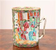Sale 8804A - Lot 63 - A Qing famille rose tankard, painted with a court scene, H 13cm