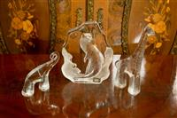Sale 8392H - Lot 50 - A Swedish art glass otter by Mats Ionasson, H 17cm, together with a glass giraffe and a glass elephant