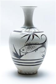 Sale 8869C - Lot 633 - Chinese vase with fish motif (H25cm)