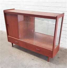 Sale 9108 - Lot 1007 - Teak display cabinet with sliding glass doors (h:90 w:122 d:32cm)