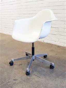 Sale 9117 - Lot 1067 - Vitra gas lift office chair on castors (h84 x w64 x d56cm)